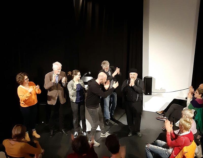 Die Autorinnen und Autoren sowie das Publikum huldigen Herrn Schiefer.